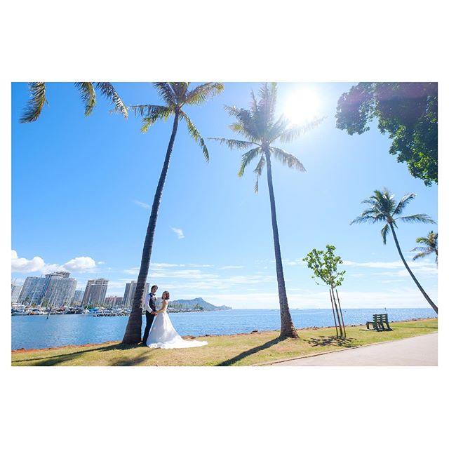 .遠くにダイヤモンドとワイキキの街が見えるここからの景色もハワイらしさがあって素敵だな。.このロケーションはBrideのお父様からのリクエスト。一度訪れると必ず好きになってしまうハワイ。新郎新婦だけじゃなく、家族みんなが大好きな場所で特別な時間を過ごすハワイウェディングって、やっぱり最高︎.. @mak_ishii