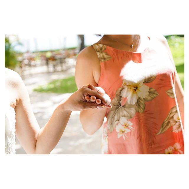 .お母さんと歩くバージンロード。温かい手は不思議と安心する。これが母の力。.. @mak_ishii